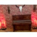 Klavier mit Kerzenhalter (Messing)  um  anno1900, Nussbaum, ungestimmt